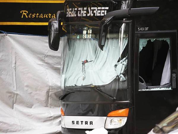 """Einschussloch in der Scheibe eines Busses vor dem """"Bataclan""""."""