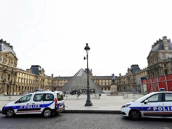 Polizei vor dem Louvre.