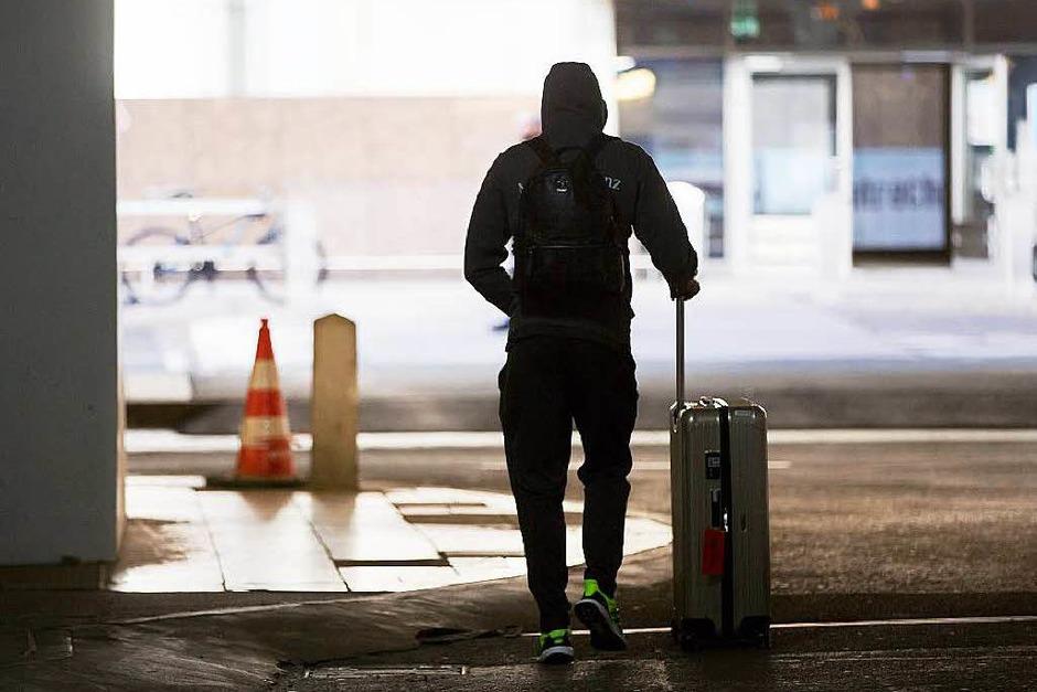 Der deutsche Nationalspieler Emre Can verlässt den Frankfurter Flughafen. (Foto: dpa)