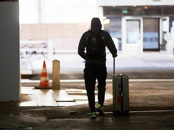 Der deutsche Nationalspieler Emre Can verlässt den Frankfurter Flughafen.