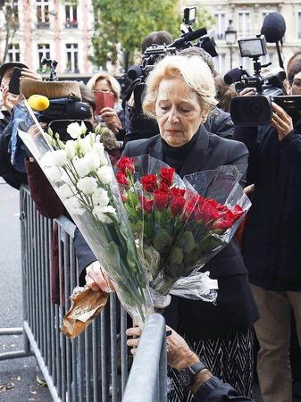Terror in Paris: Trauer und Bestürzung am Tag danach. Die Polizei sichert derweil an den Tatorten die Spuren.