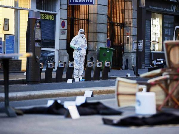 Kriminaltechniker vor dem Café Bonne Biere.