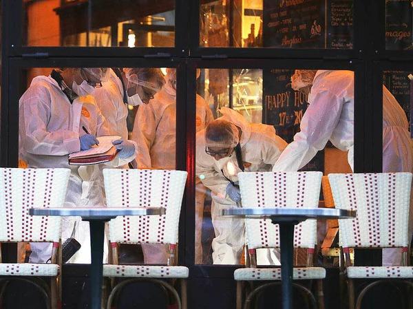 Kriminaltechniker untersuchen den Tatort im Café Bonne Biere.