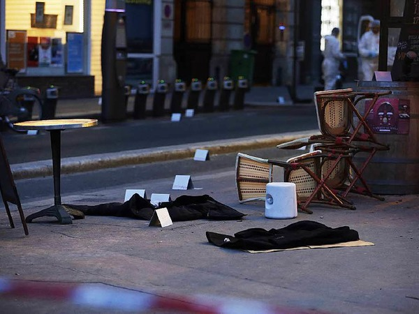 Vor dem Café Voltaire liegen Kleidungsstücke.
