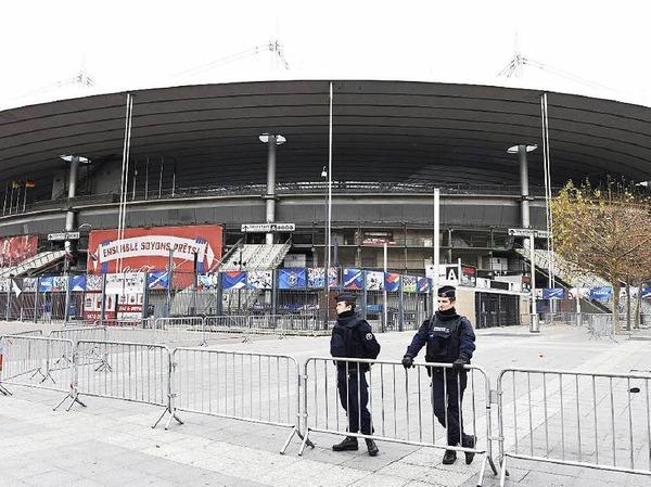 Polizisten vor dem Stade de France.