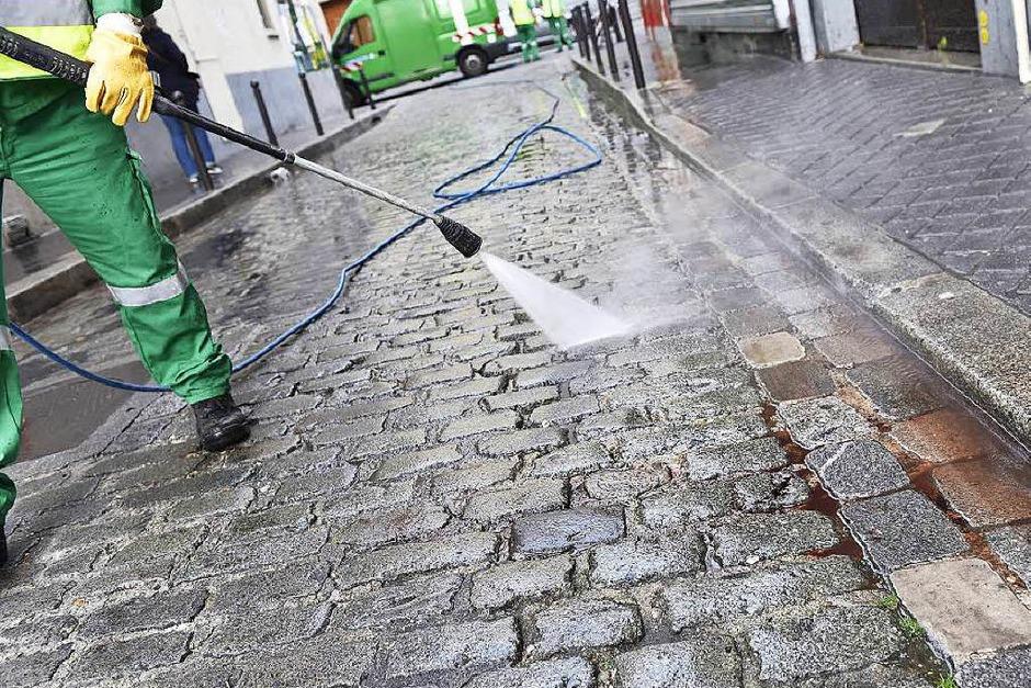 Ein Straßenreiniger entfernt Blut auf der Rue de Charonne. (Foto: AFP)
