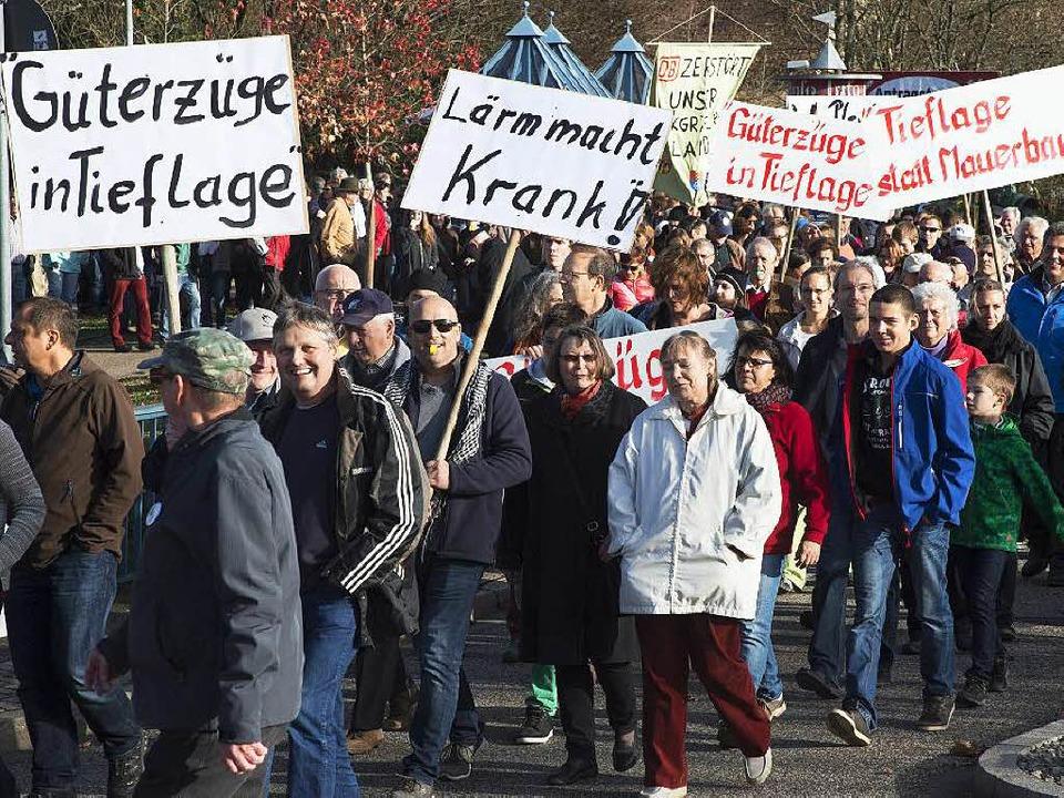 Rund 1000 Bürger aus Müllheim und Auggen folgten dem Aufruf zum Aktionstag.   | Foto: Volker Münch