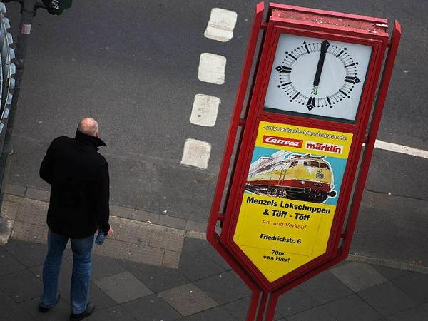 Um 12 Uhr am Montag gedachten Menschen den Opfern der Terroranschläge von Paris.