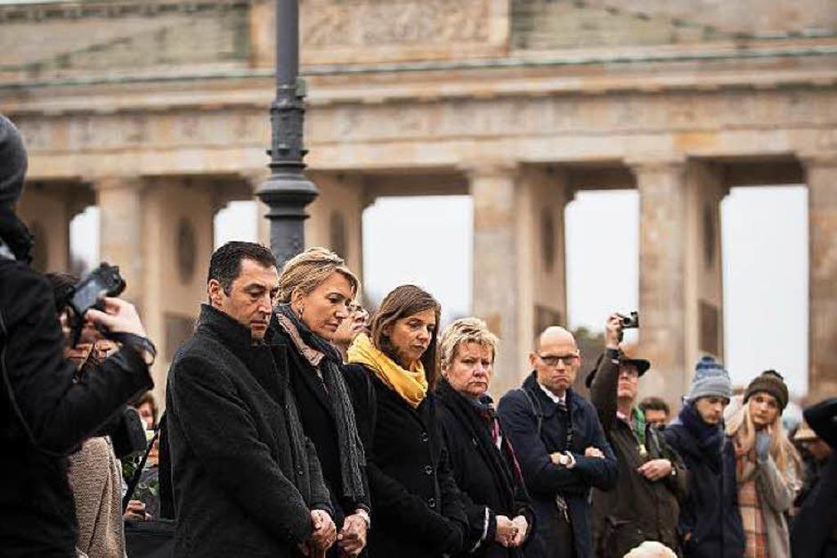 Die Grünen-Politiker Cem Özdemir, Simone Peter und Katrin Göring-Eckardt bei der Schweigeminute am Brandenburger Tor in Berlin. (Foto: dpa)