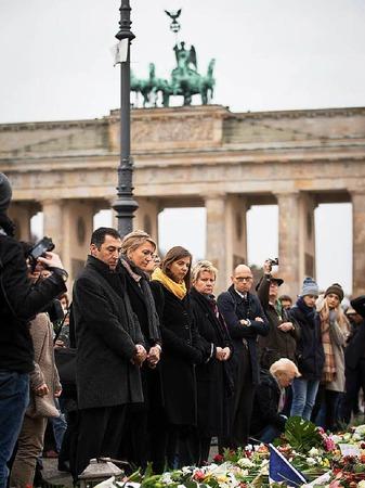 Die Grünen-Politiker Cem Özdemir, Simone Peter und Katrin Göring-Eckardt bei der Schweigeminute am Brandenburger Tor in Berlin.