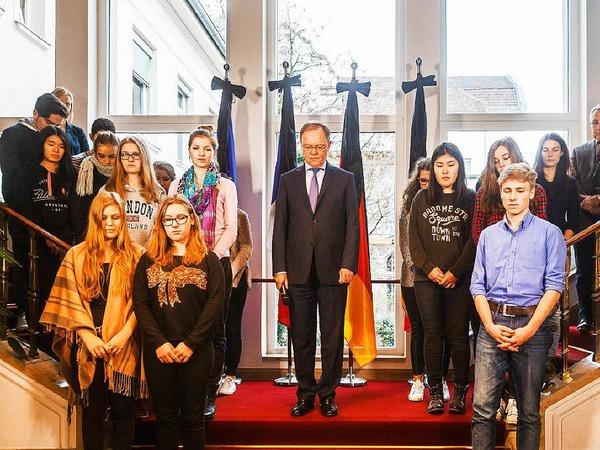 Der niedersächsische Ministerpräsident Stephan Weil nahm gemeinsam mit einer Schulklasse an der Schweigeminute teil.
