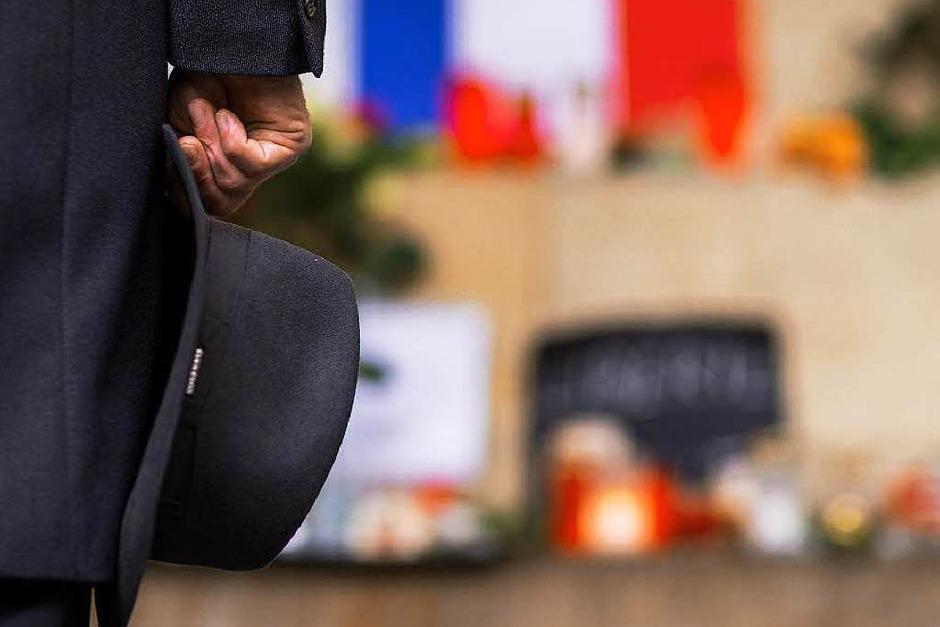Markus Lewe, Oberbürgermeister von Münster, gedenkt vor dem historischenRathaus in Münster den Opfern der Terroranschläge in Paris. (Foto: dpa)