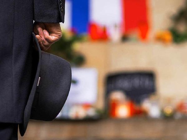 Markus Lewe, Oberbürgermeister von Münster, gedenkt vor dem historischenRathaus in Münster den Opfern der Terroranschläge in Paris.