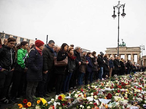 Bei der Schweigeminute vor dem Brandenburger Tor