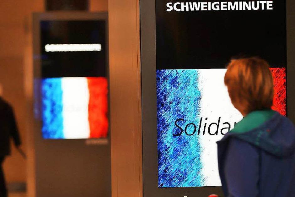 Anzeigentafeln erinnern in Köln an die Schweigeminute für die Opfer von Paris. (Foto: dpa)