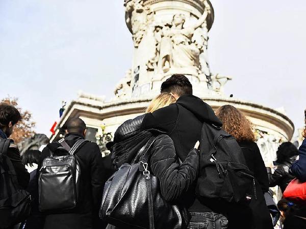 Im englischen Liverpool gedenken Menschen der Opfer von Paris.