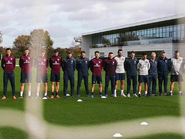 Spieler der Tottenham Hotspurs unterbrachen ihr Training für eine Minute.