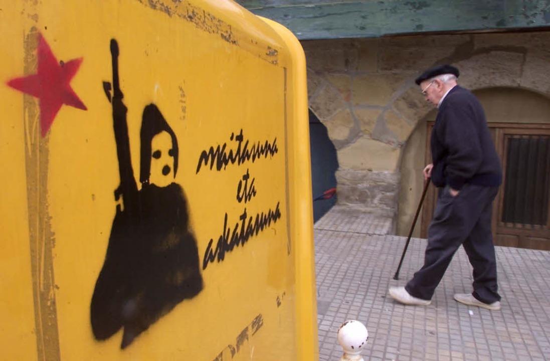 Ein alter Baske läuft an einem ETA-Gra... in der Nähe von San Sebastian vorbei.  | Foto: CHRISTOPHE SIMON
