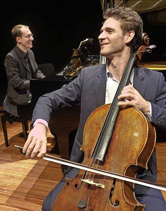 Der Cellist Raphael Merlin und der Pianist Gilles Vonsattel im Burghof     Foto: Roswitha Frey
