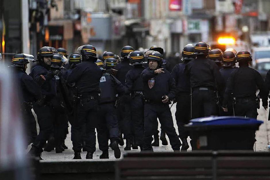 Französische Sicherheitskräfte bei dem Anti-Terror-Einsatz im Zentrum von Saint-Denis. (Foto: AFP)