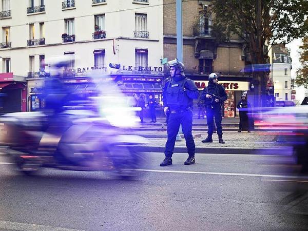 Französische Sicherheitskräfte bei dem Anti-Terror-Einsatz im Zentrum von Saint-Denis.
