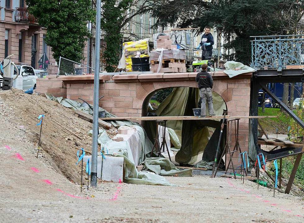 Zurzeit wird die Durchfahrt verbreitert, von 1,20 Meter auf 2,80 Meter.    Foto: Rita Eggstein
