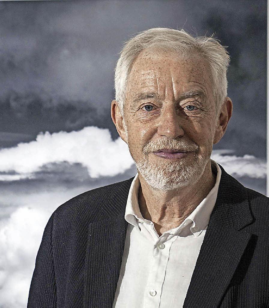 <b>Rolf Frei</b> vor einem seiner Wolkenbilder Foto: Martin Hannig - 113837188