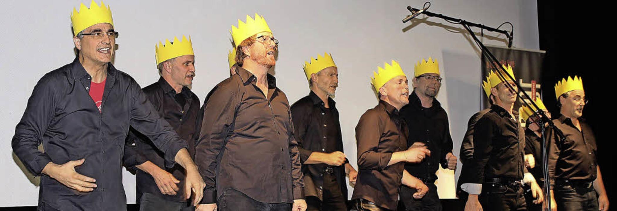 """Mit Krone im Krone-Theater: die """"Ohrwürmer"""" aus Oberried.     Foto: Ute Kienzler"""
