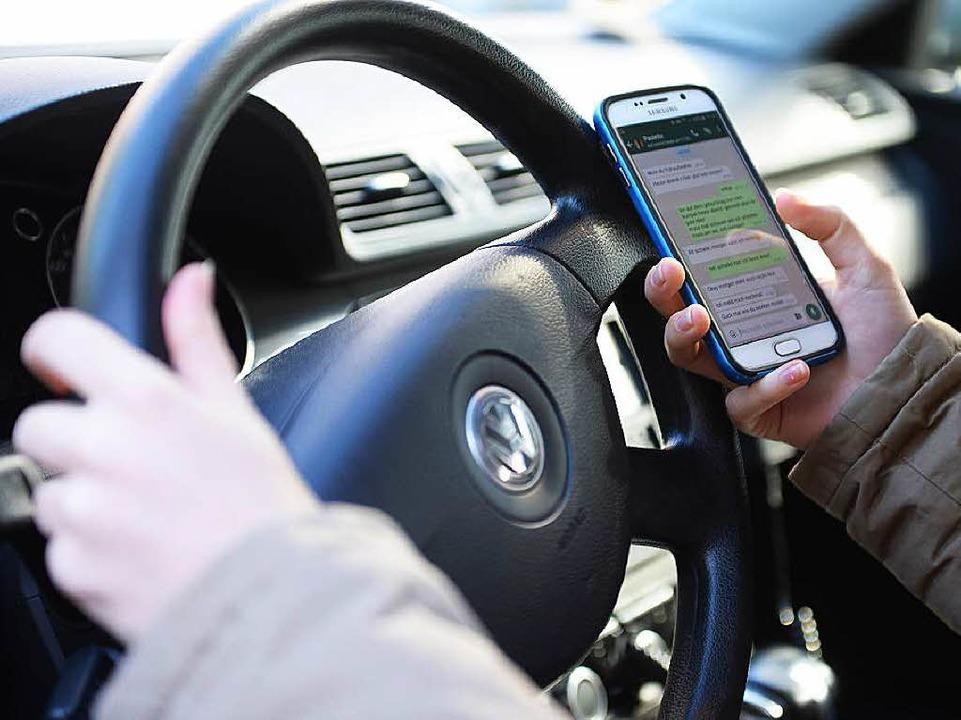 WhatsApp und Autofahren, diese Kombination kann fatal sein.  | Foto: dpa