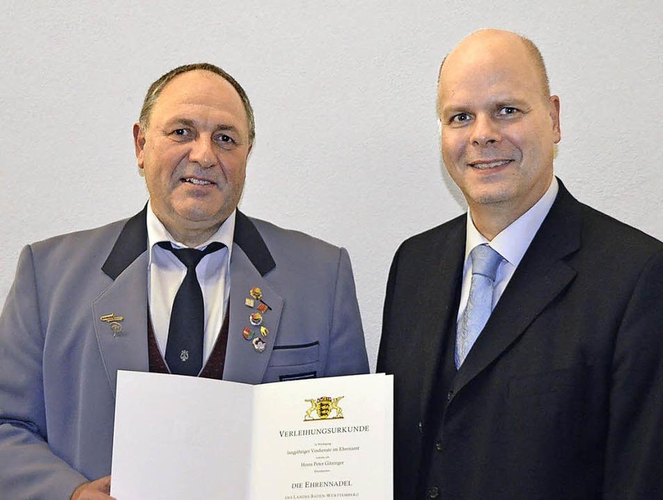 MV-Vorsitzender Peter Gitzinger bekam ...die Ehrennadel des Landes  überreicht.  | Foto: Jörg Schimanski