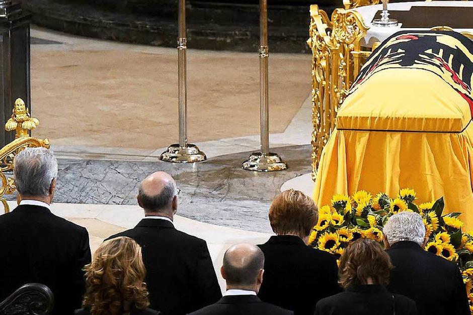 Der Sarg von Altkanzler Helmut Schmidt wurde in der Hamburger Kirche Sankt Michaelis aufgebahrt. (Foto: dpa)