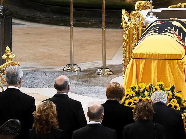 Der Sarg von Altkanzler Helmut Schmidt wurde in der Hamburger Kirche Sankt Michaelis aufgebahrt.