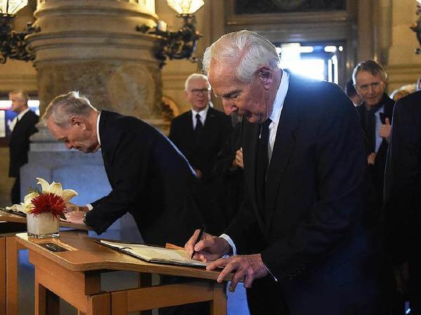 Hamburgs ehemaliger Regierender Bürgermeister Klaus von Dohnany trägt sich ins Kondolenzbuch ein.