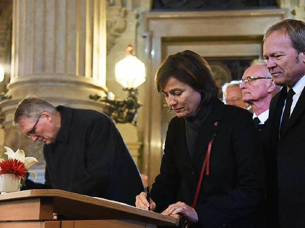 Moderatorin Sandra Maischberger verabschiedet sich von einem ihrer treusten Talkgäste.