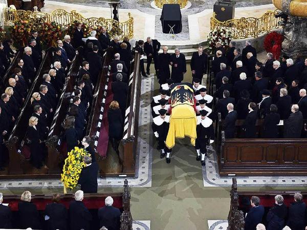 Wie bei Staatsbegräbnissen üblich, wurde der Sarg des Altkanzlers mit einer Deutschlandfahne bedeckt.
