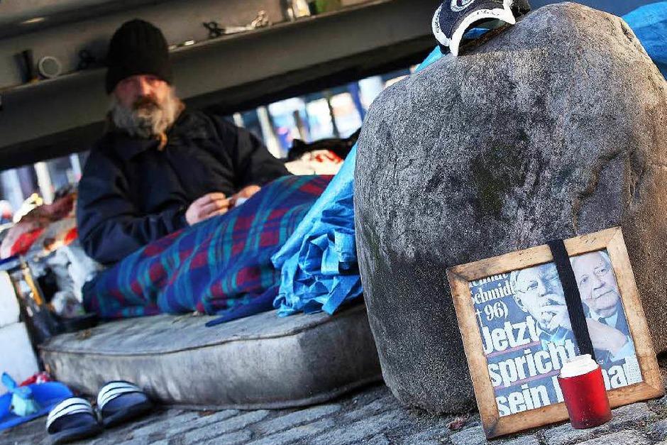 Ein Hamburger Obdachloser hat an seinem Schlafplatz einen Schmidt-Altar errichtet. (Foto: dpa)