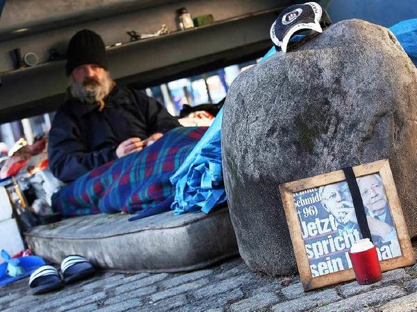Ein Hamburger Obdachloser hat an seinem Schlafplatz einen Schmidt-Altar errichtet.