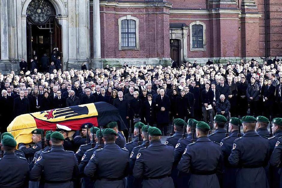 Soldaten der Bundeswehr tragen den Sarg von Helmut Schmidt aus der Sankt-Michaelis-Kirche. (Foto: AFP)