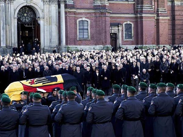 Soldaten der Bundeswehr tragen den Sarg von Helmut Schmidt aus der Sankt-Michaelis-Kirche.