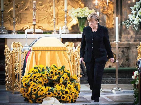 Kanzlerin Angela Merkel erweist dem großen Staatsmann die letzte Ehre.
