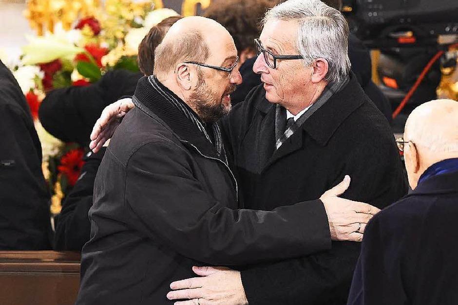 EU-Parlamentspräsident Martin Schulz und Kommissionspräsident Jean-Claude Juncker umarmen sich auf der Trauerfeier. (Foto: dpa)