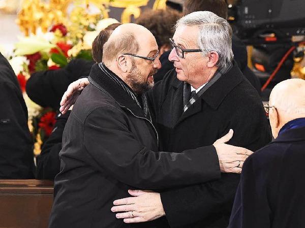 EU-Parlamentspräsident Martin Schulz und Kommissionspräsident Jean-Claude Juncker umarmen sich auf der Trauerfeier.