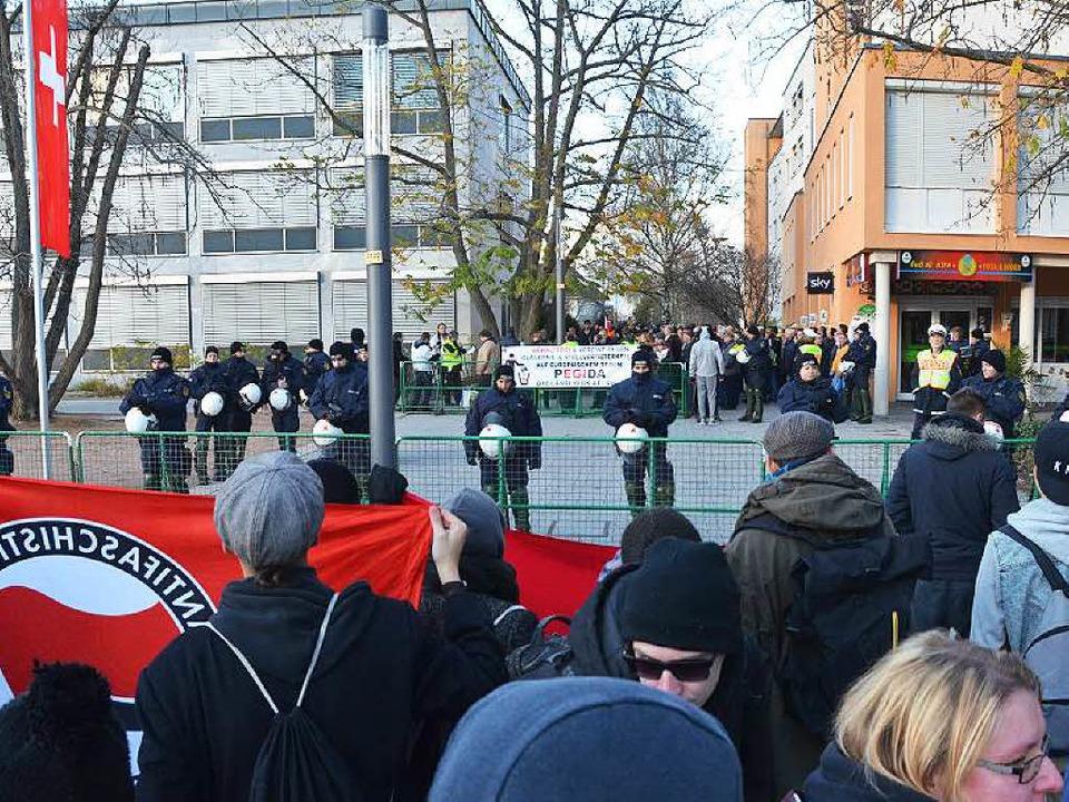 Blick auf die Pegida-Demonstration in Weil am Rhein  | Foto: Ulrich Senf