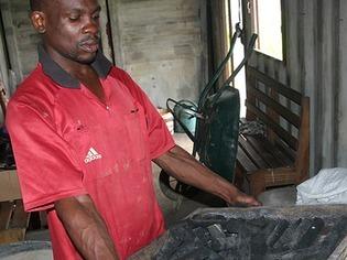 Wie in Kamerun �kokohle aus Gem�seabf�llen hergestellt wird