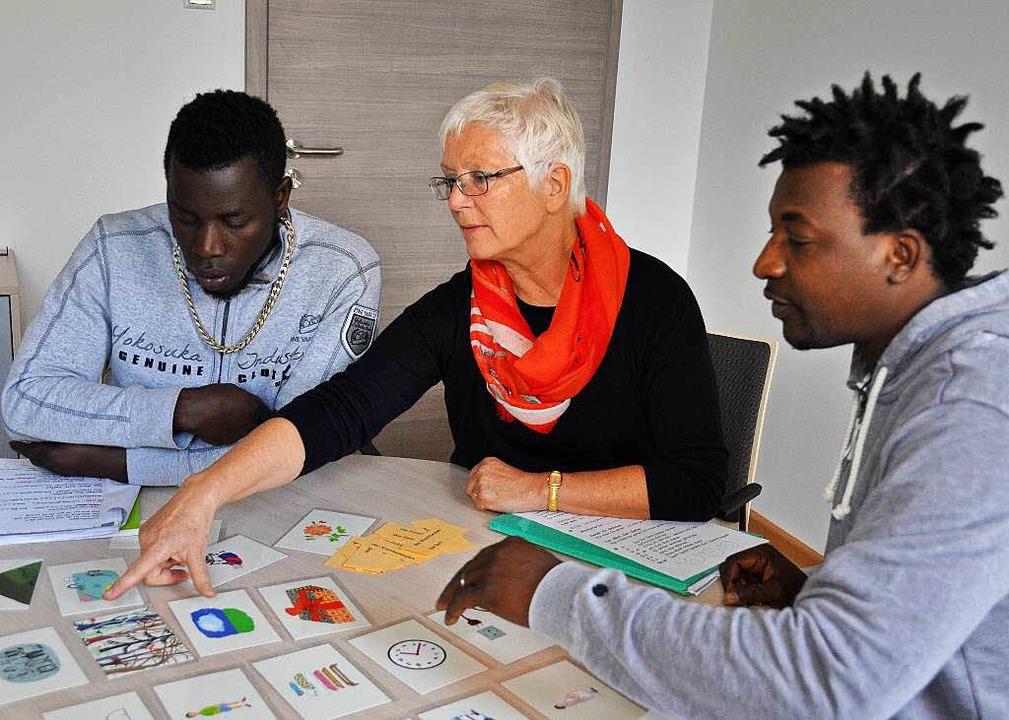 Fortschritte beim Spracherwerb machen ...a Wolf in der Caritas-Geschäftsstelle.  | Foto: Kai Kricheldorff