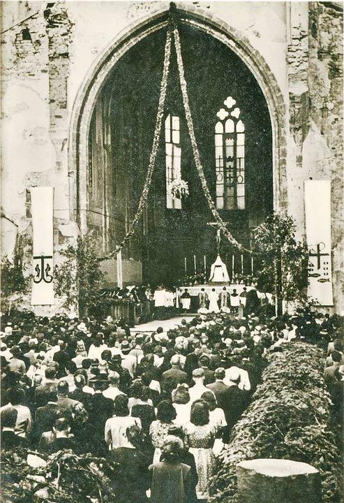 Hoffnung inmitten der zerstörten Stadt...n am Rathausplatz eine Messe gehalten.  | Foto: Archiv Hans-Jürgen Oehler