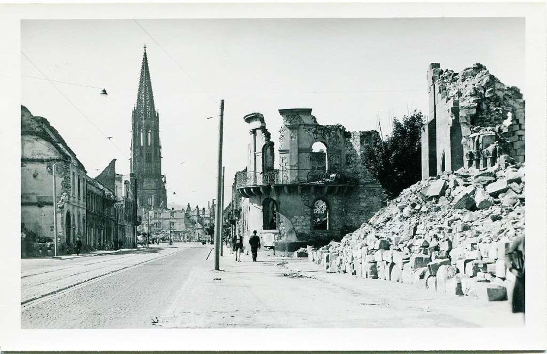 Der Bombenangriff auf Freiburg brachte...t die Trümmer in den Nachkriegsjahren.  | Foto: Hans-Jürgen Oehler
