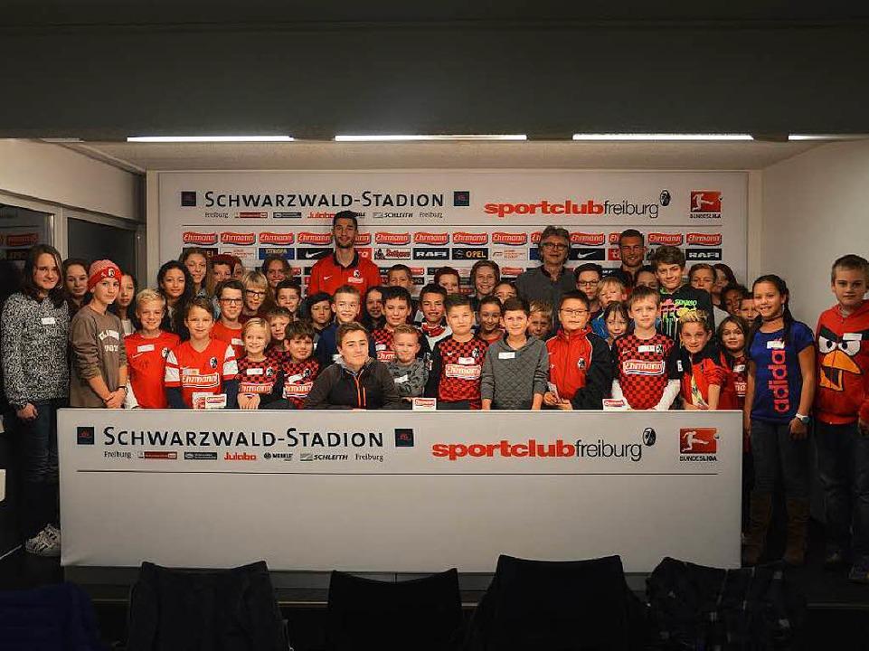Alle auf einem Bild: Füchsle- und Juge...r und Caleb Stanko (hinten von links)   | Foto: SC Freiburg