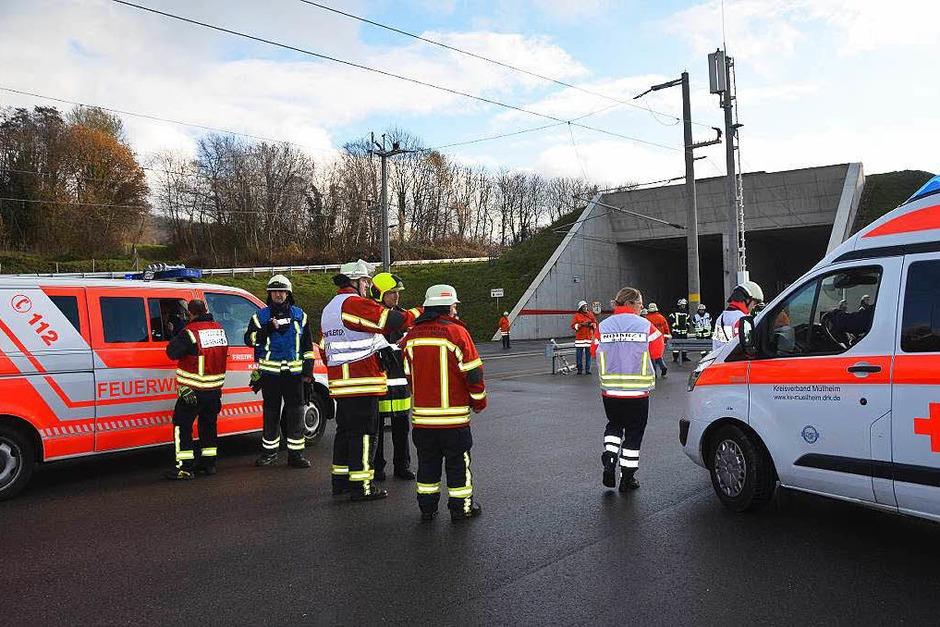 173 Feuerwehrleute aus den Landkreisen Lörrach und Breisgau-Hochschwarzwald, 126 DRK-Leute und 150 Statisten waren beteiligt an der Rettungsübung am Katzenbergtunnel, dem längsten zweiröhrigen Bahntunnel Deutschalnds. (Foto: Victoria Langelott)