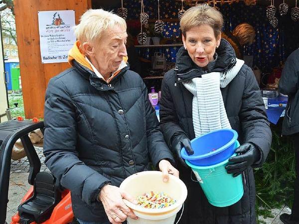 """Start mit vollen Loseimern: Landrätin Marion Dammann (rechts) und Gemeinderätin Hannelore Nuß am Samstagmorgen für """"Hilfe zum Helfen"""" im Einsatz"""